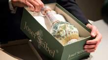 Chiếc bình lăn lóc ở gác xép được bán giá 19 triệu đô