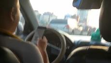 Tài xế xe khách vô tư lướt Facebook khi chạy trên cao tốc