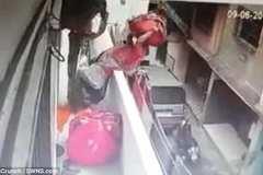 Nhường đường, người bán hàng rong ngã nhào khỏi ban công