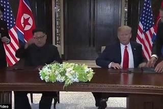 Hành động lạ của em gái Jong Un trước mặt ông Trump