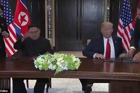 Hành động lạ của em gái Kim Jong Un trước mặt ông Trump