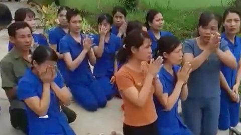 Giáo viên quỳ gối