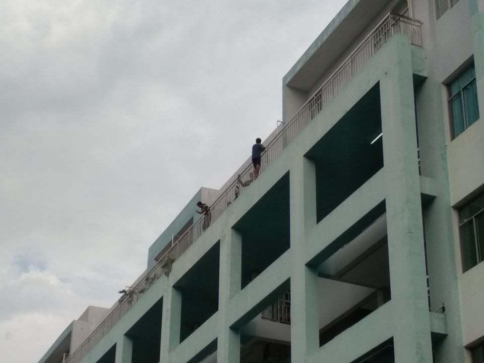 Thanh niên thất tình leo tầng cao bệnh viện suốt 4 giờ đòi tự vẫn