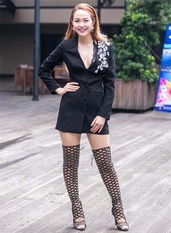 Hàng loạt sao Việt mắc lỗi mang tất bít ngón với giày cao