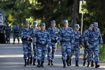 Cảnh sát vũ trang dày đặc bảo vệ tuyển Anh