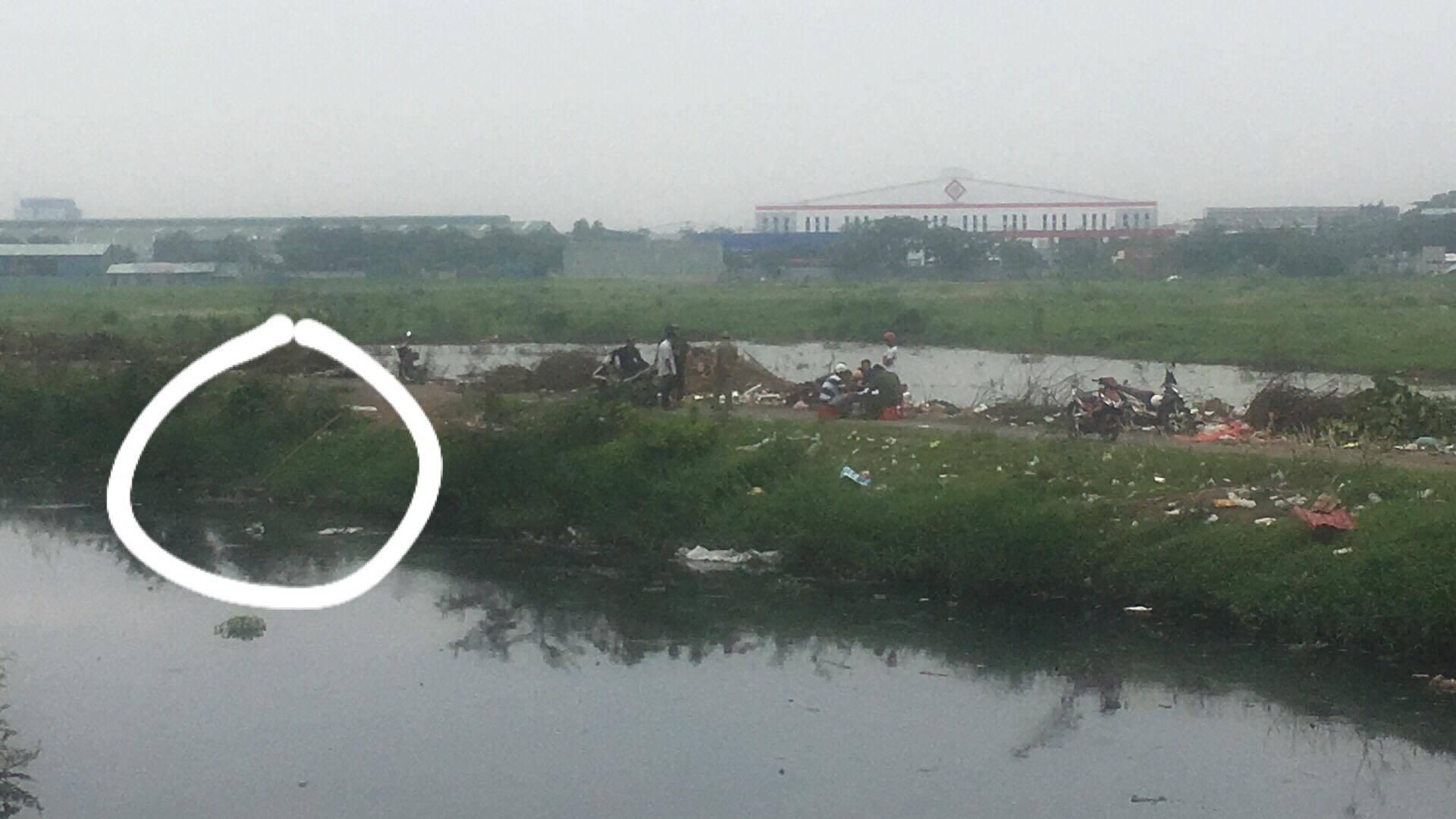 Tá hỏa phát hiện xác người nổi trên bờ kênh ở Sài Gòn