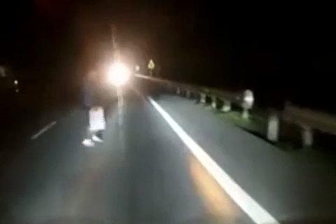 Cụ bà đột ngột xuất hiện giữa đêm, suýt bị ôtô đâm trúng