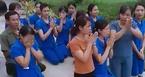Giáo viên mầm non quỳ lạy xin được dạy trẻ