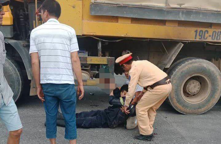 Đi chữa cháy ở Phú Thọ về, lính cứu hoả bị xe tải cán giập tay