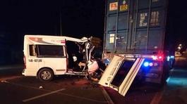 Xe khách húc xe container, 1 người chết, nhiều người bị thương nặng