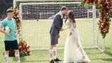 World Cup 2018 cận kề, cặp vợ chồng ra sân cỏ chụp ảnh cưới