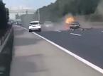 Dừng giữa cao tốc, ô tô bị đâm nát vụn, bốc cháy dữ dội