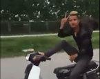 Nam thanh niên lái xe máy bằng chân, vô tư 'diễn xiếc' trên đường