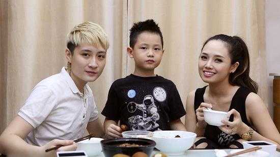 MC Ngọc Trang hạnh phúc bên người yêu và con trai.