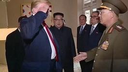 Ông Trump lúng túng chào kiểu 'nhà binh' với Tướng Triều Tiên