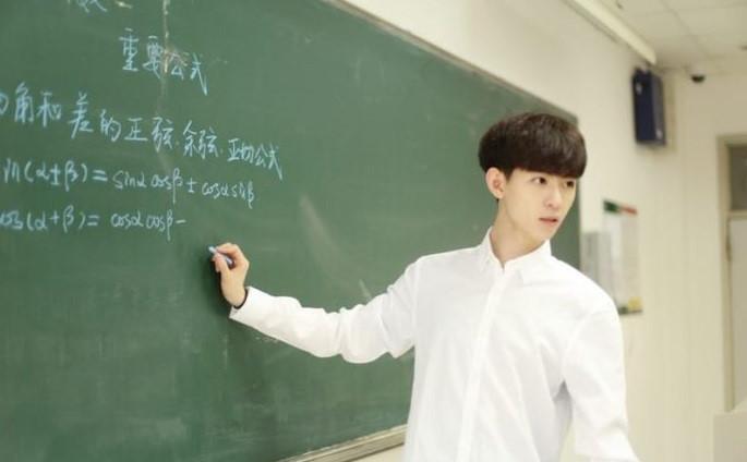 Thầy giáo Toán 9X điển trai hút gần một triệu fan trên mạng
