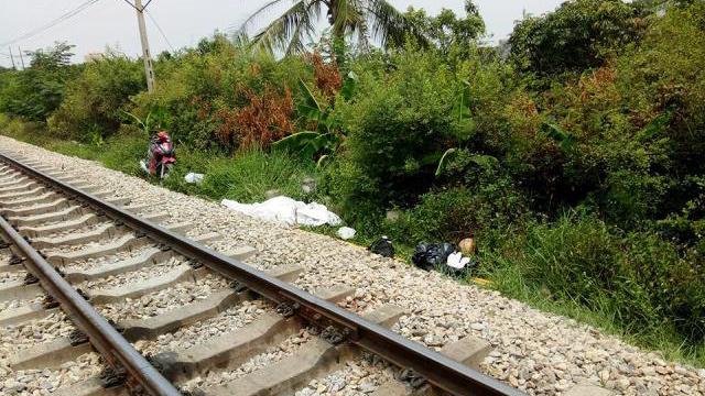Cố vượt đường ray, đôi nam nữ bị tàu đâm chết thảm
