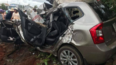 5 người thương vong trong ô tô 7 chỗ bị tông bẹp dúm