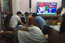 Những ông bố 'bá đạo' mùa World Cup: Càng xem bóng đá càng ngủ ngon
