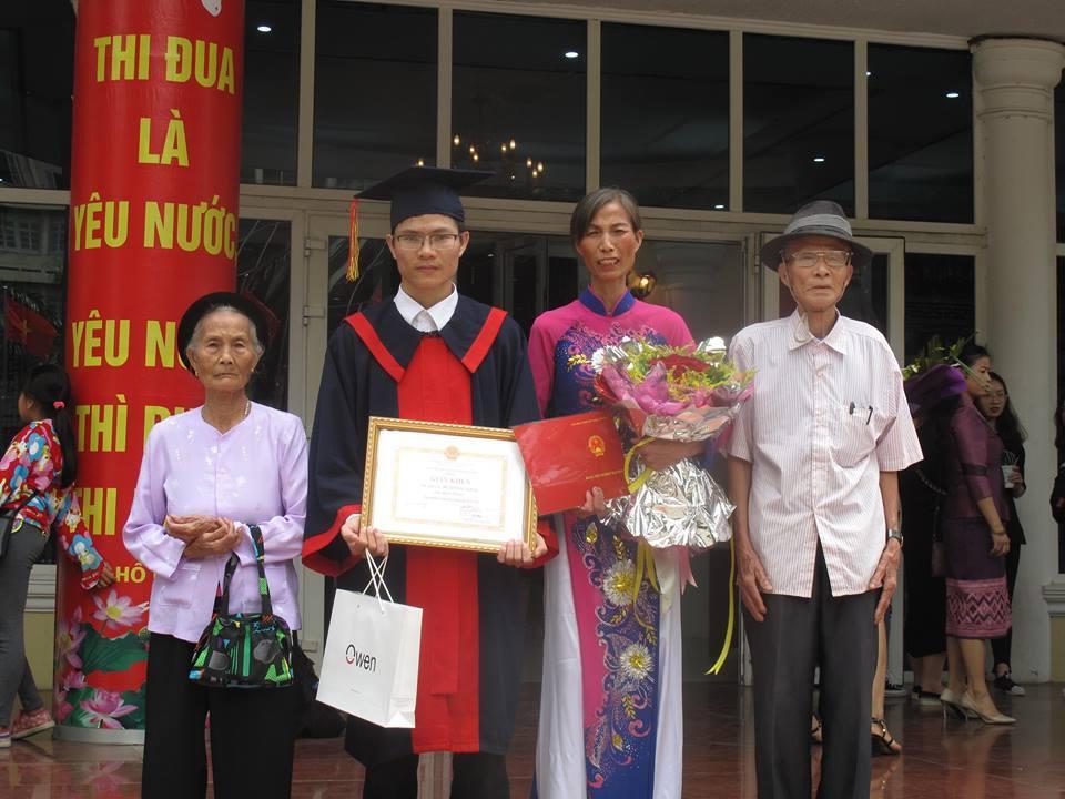 Nam sinh xúc động đưa ông bà 80 tuổi tới lễ tốt nghiệp