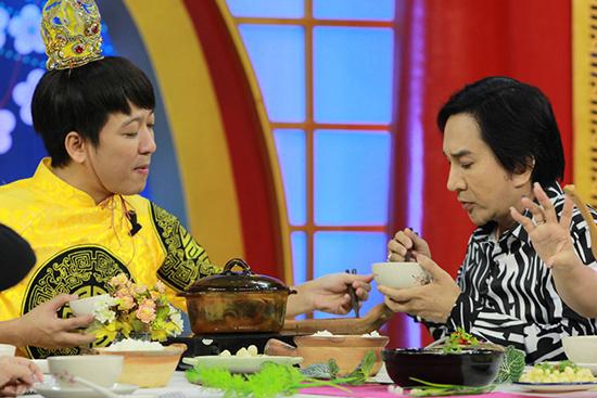 Trường Giang bật cười khi Kim Tử Long đang ăn vẫn 'bắn' tiếng Anh