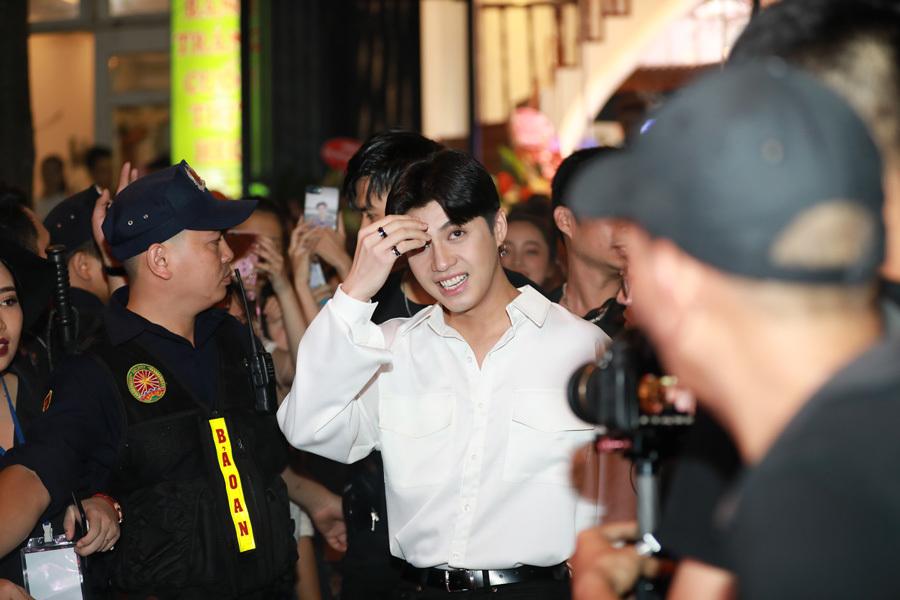 Noo Phước Thịnh toát mồ hôi vì bị fan vây kín tại Hà Nội
