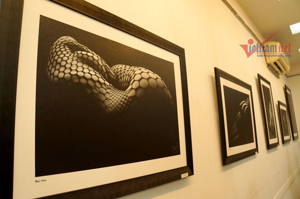 Xem triển lãm ảnh khoả thân đầu tiên của Thái Phiên ớ Sài Gòn