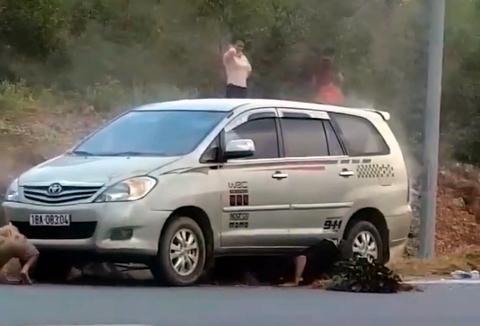Cuốn rơm vào ống xả, Toyota Innova làm mồi cho bà hỏa