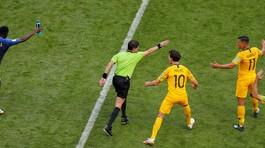 """Pháp thắng tranh cãi, trọng tài đã """"bẻ còi"""" VAR thế nào?"""