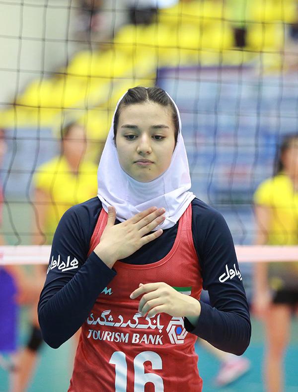 Ngỡ ngàng nhan sắc chân dài bóng chuyền Iran 17 tuổi