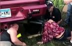 Cô gái khốn khổ vì kẹt đầu trong ống xả của xe tải