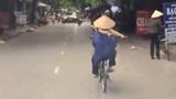 Làm xiếc trên đường phố: Đi xe đạp tròng thang vào cổ