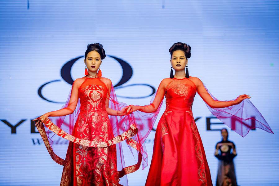 NSND Lan Hương khoác tay chồng làm người mẫu
