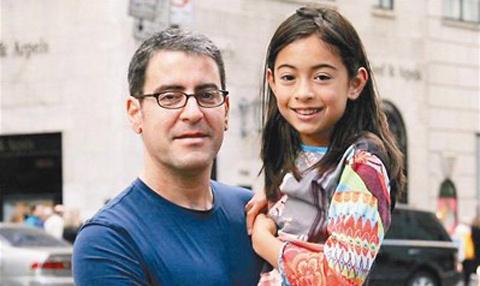 Bí mật sau 15 bức ảnh người cha chụp chung với con gái