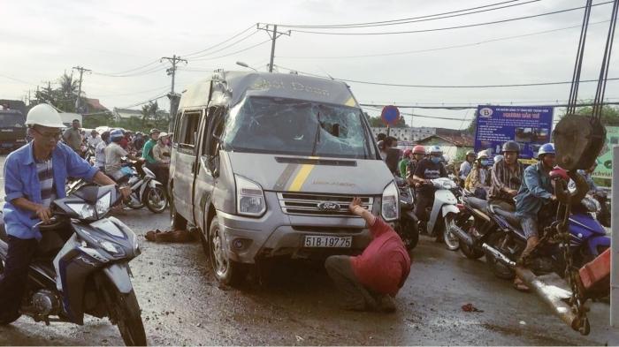 Hơn chục người kêu cứu trên ôtô khách bị lật ở Sài Gòn