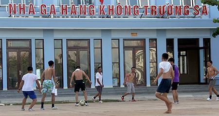 Trận bóng đá 'lưng trần' trên sân bê tông ở Trường Sa