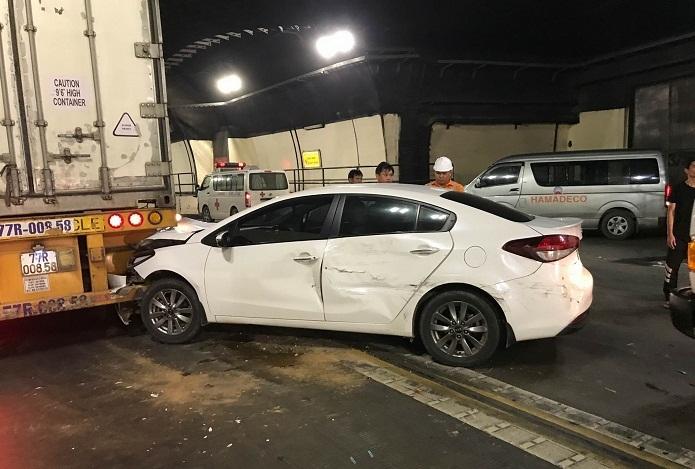 Tai nạn liên hoàn trong hầm Hải Vân, xế hộp dính chặt đuôi xe đầu kéo