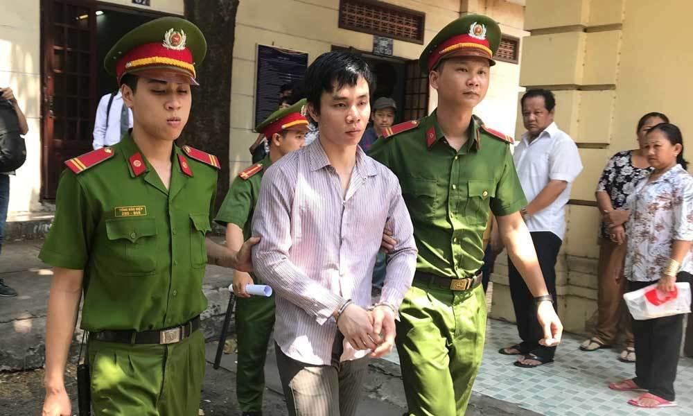 Bị tuyên án tử, kẻ giết người tình đồng tính nhào đến ôm người thân lần cuối