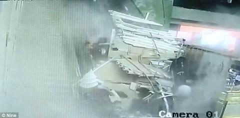 Nhóm du khách bất ngờ bị trần nhà đổ sập xuống đầu