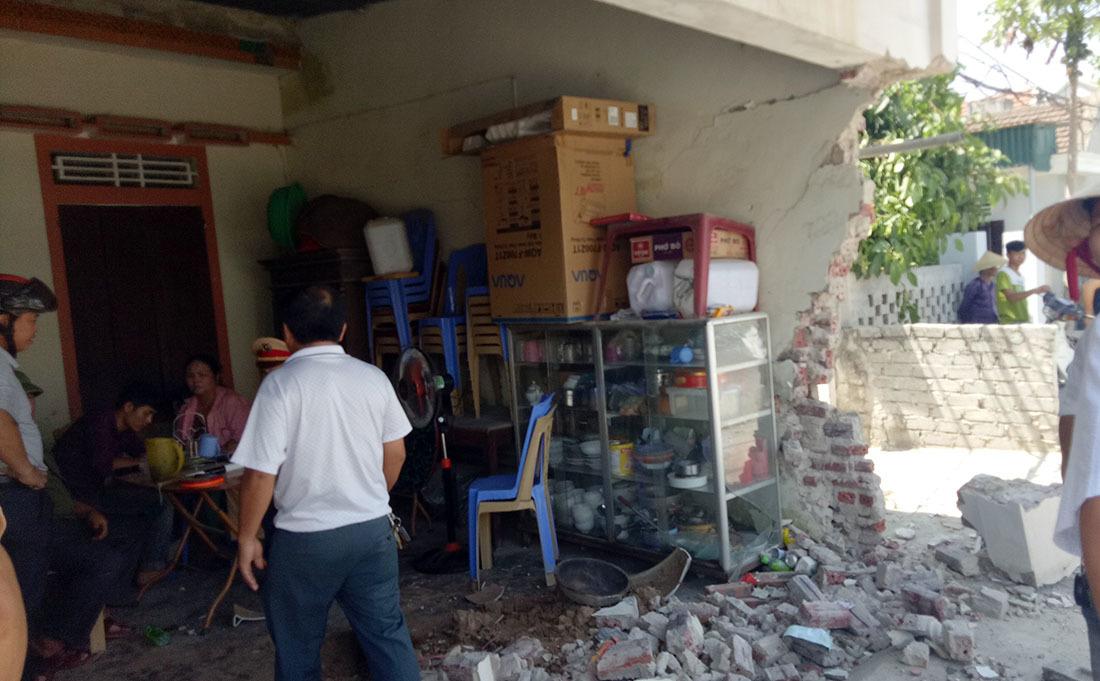 Tai nạn hi hữu: Tài xế xe cứu thương vừa chạy vừa ngủ tông sập tường nhà dân