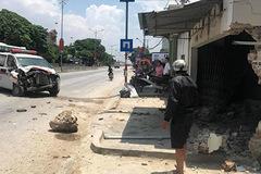 Xe cấp cứu phi đổ tường nhà dân, đầu xe nát bét