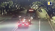 Xe buýt phát nổ giữa phố, hành khách văng ra ngoài