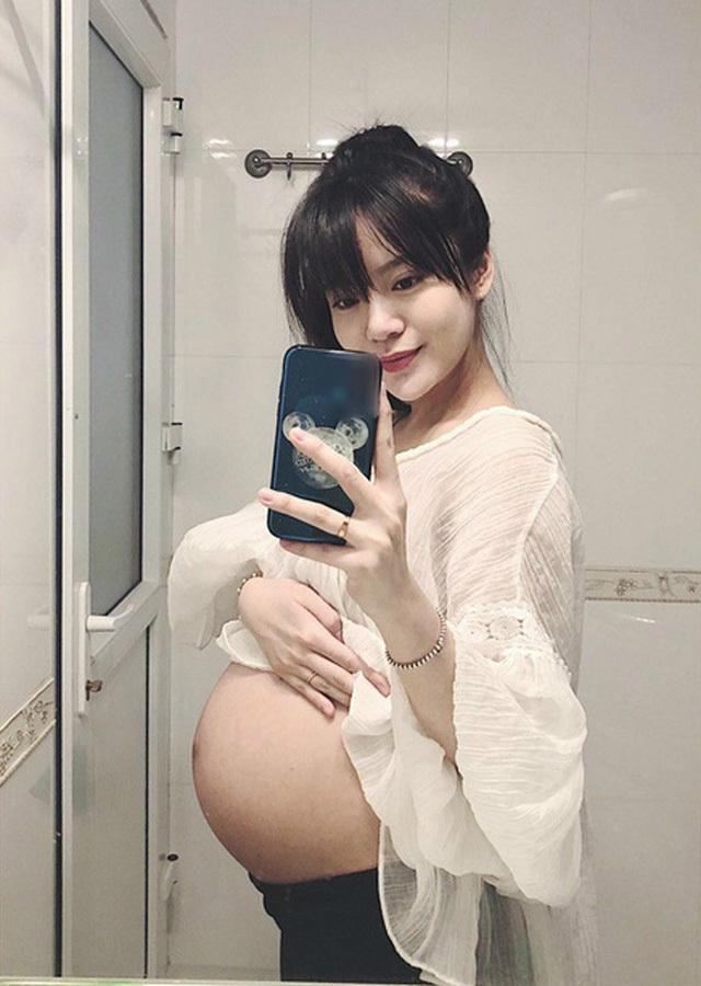 Hot girl bình luận bóng đá khoe dáng nuột nà sau 1 tháng sinh con