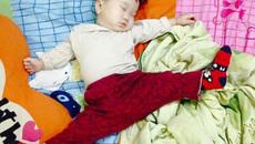 """Em bé ngồi với tư thế """"không xương"""" khiến các bà mẹ thán phục"""