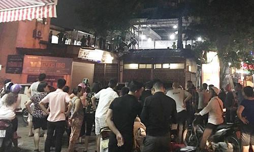 Hà Nội: Cố thủ trên nóc nhà hàng sau khi đâm người đàn ông