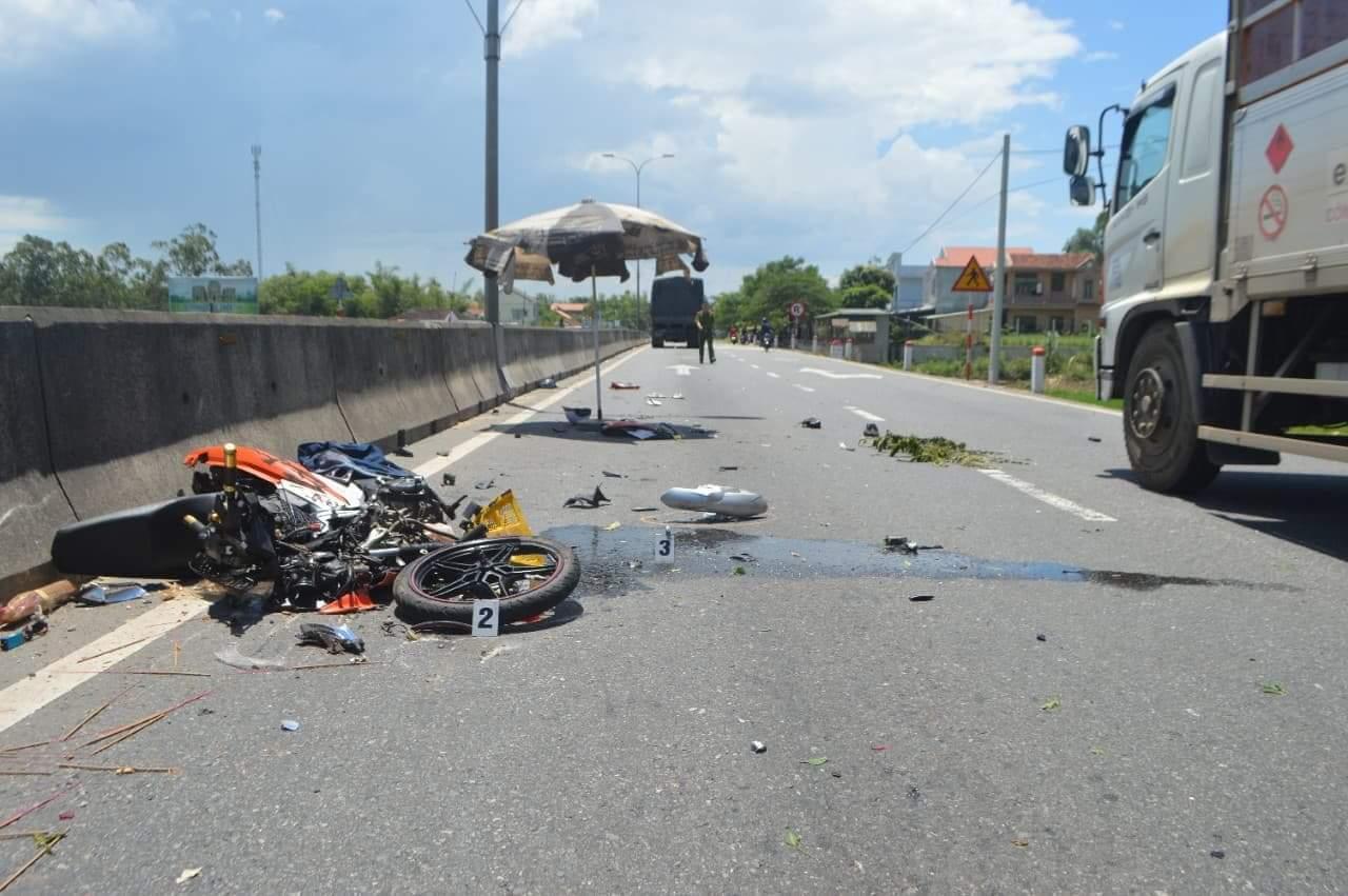 Xe máy tăng tốc vượt xe tải bất ngờ mất lái bị cuốn vào gầm, 1 người chết