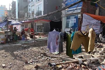 Quần áo phấp phới trên dây điện lòng thòng giữa phố Hà Nội