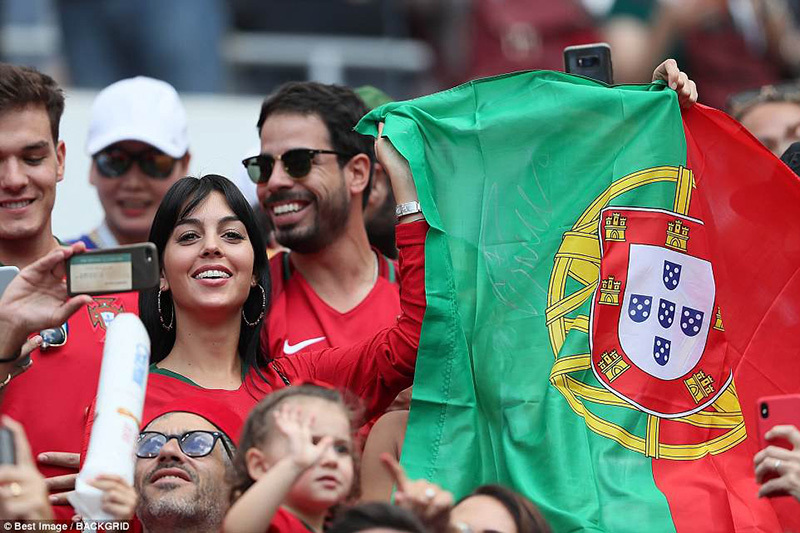 Bạn gái xinh đẹp khoe nhẫn đính hôn ngày Ronaldo toả sáng