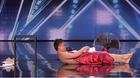 Thí sinh tài năng lột sạch đồ trên sân khấu khiến giám khảo đỏ mặt