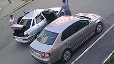 Ngang nhiên tháo trộm chụp la-zăng ô tô giữa ban ngày